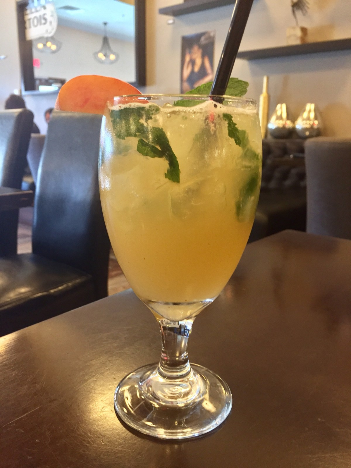 Life's A Peach cocktail | Therapy #downtownlasvegas #downtownvegas #vegascocktails #therapy #therapylasvegas