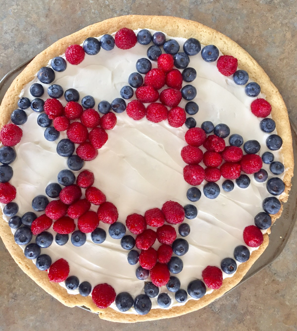 Red, White, and Berry Fruit Pizza by Happylifeblogspot.com #fruittart #memorialdayfood #fourthofjulypicnic #fruitpizza #redwhiteandbluedessert
