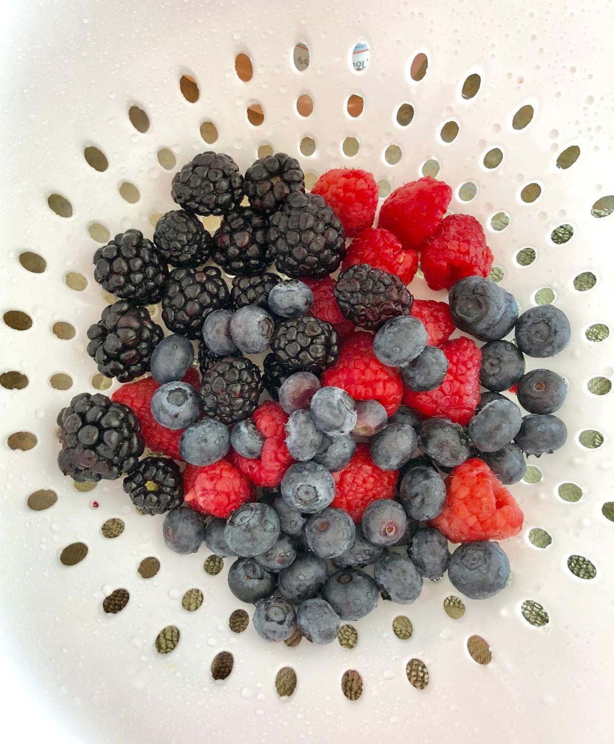 Summer Berry Sangria by Happylifeblogspot.com #sangria #mixedberrysangria #berrysangria #summercocktail #redwhiteandbluesangria
