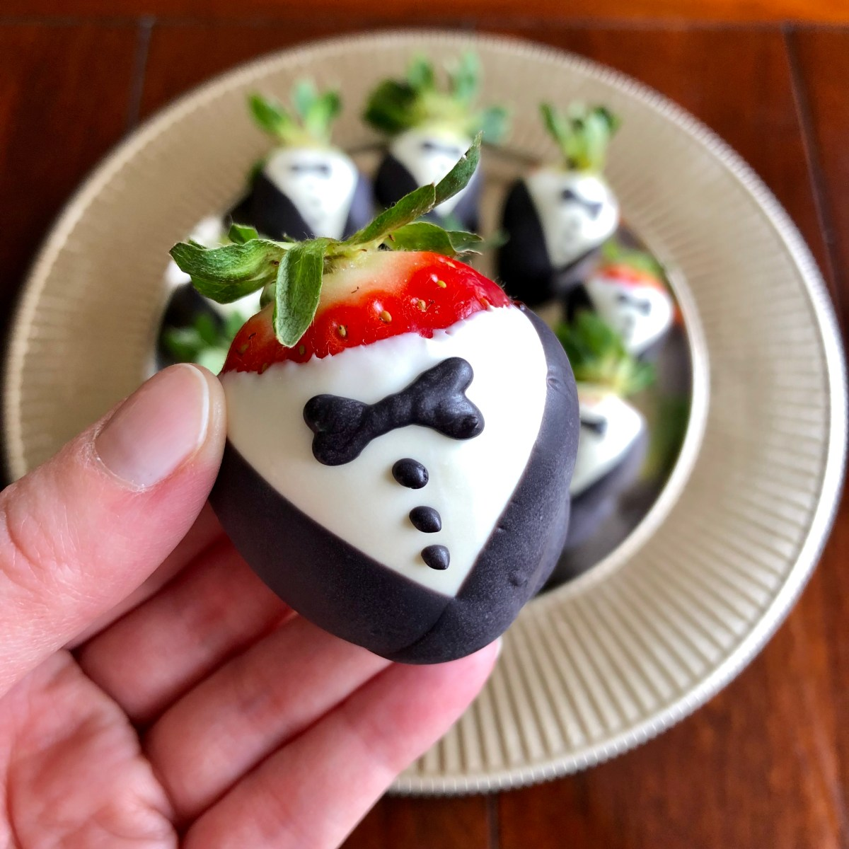 Tuxedo Strawberries by Happylifeblogspot.com #tuxedostrawberries #strawberries #weddingfavors #dessert #chocolatecoveredstrawberries