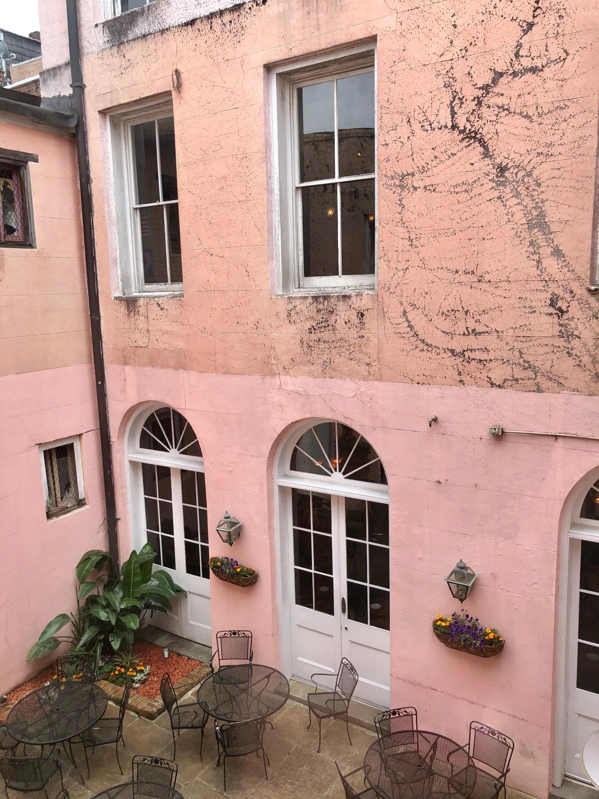 New Orleans courtyard #nola #neworleans #thebigeasy #whattodoinneworleans #cresecentcitybrewery #neworleanscourtyard