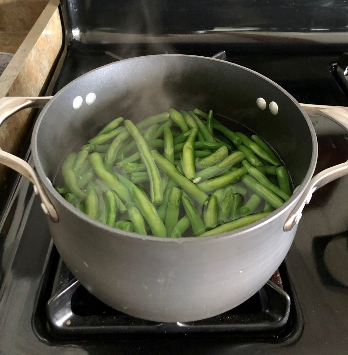 Green beans in a large pot of boiling water. #tennesseeapplerecipes #greenbeans #glazedgreenbeans #holidaysidedish #vegetablesidedish