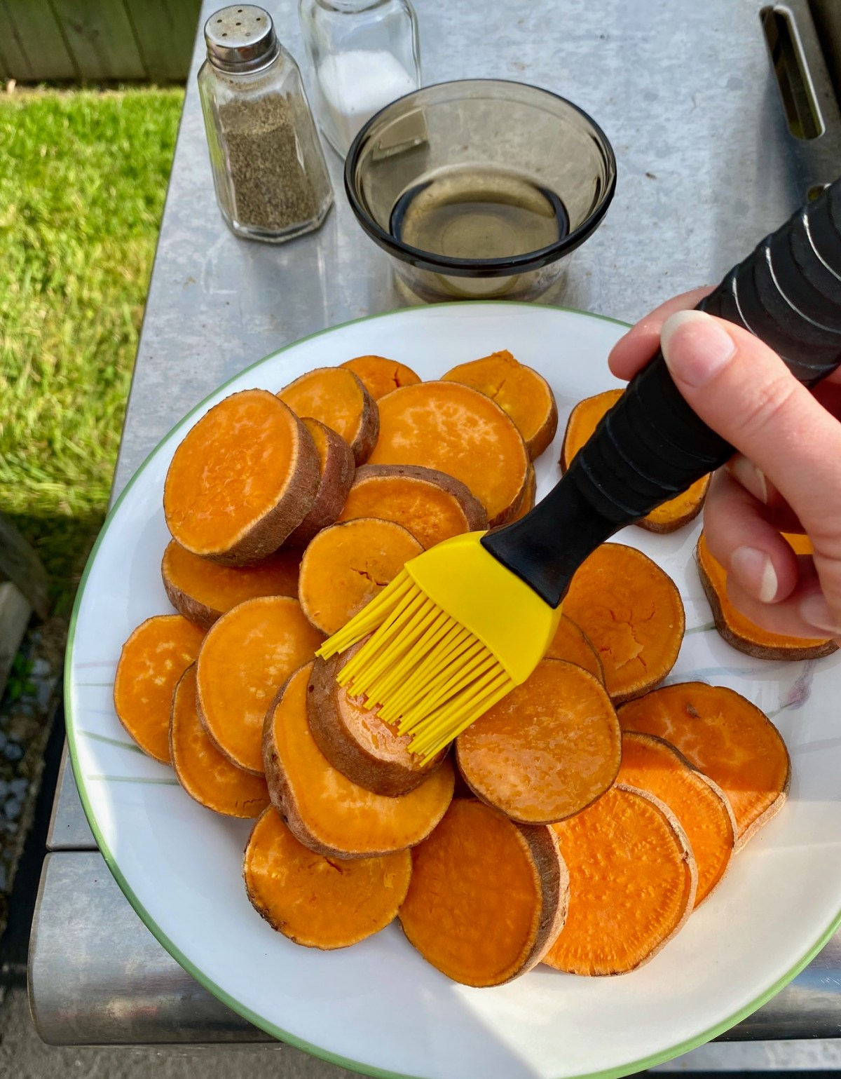 Sweet Potato rounds brushed with olive oil then sprinkled with salt and pepper. #sweetpotatoes #grilledsweetpotatoes #grilledpotatoes #howtogrillsweetpotatoes #sweetpotatorecipes #dinneronthegrill