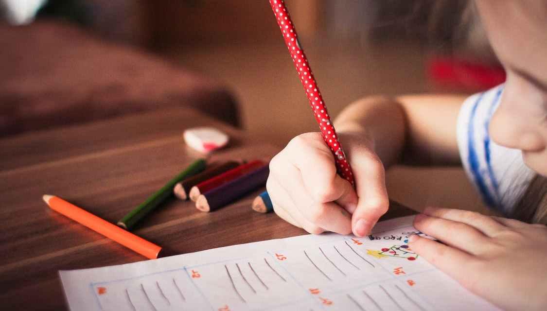 Rodíme se jako kreativní géniové a školský systém z nás postupně dělá hlupáky