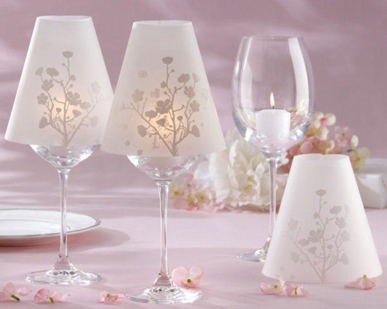 Abajurlu bir bardaktan yapılmış şamdan şenlikli masanın harika dekorasyonu olacak