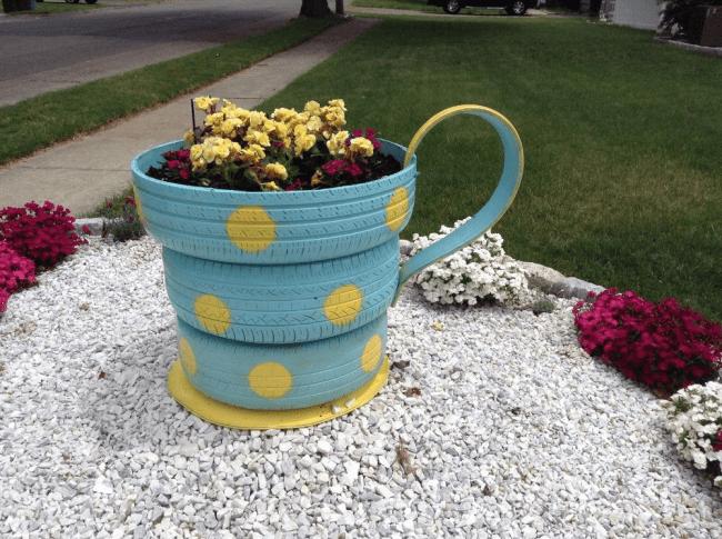 Aiuola della copertura decorativa sotto forma di una tazza