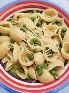 25 Easy Family Dinner Ideas that are quick weeknight meals perfect for kids. Don't stress after work this variety of healthy family friendly meals are pastas, rotisserie chicken, crockpot meals and more. #easyfamilydinnerideas, #familydinnerideas, #quickweeknightmeals