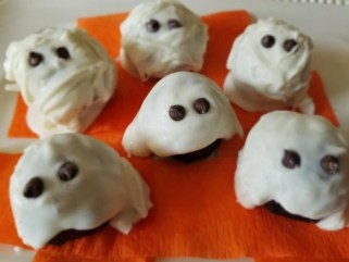 Halloween Ghosts and Mummies Oreo Balls for Kids. A fun dessert to serve at Halloween parties or at home.