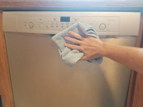 Cleaning your stainless steel dishwasher. Get all those fingerprint marks off your dishwasher with this easy cleaning hack. #cleaningtips #cleaninghack #dishwasher #stainlesssteel