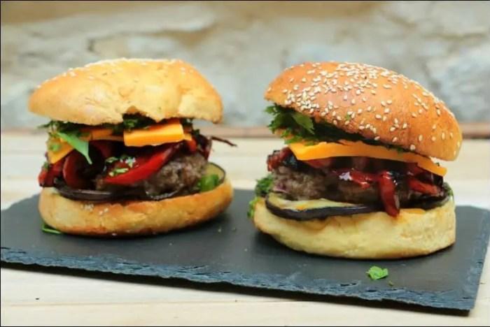 burger à l'orientale au bœuf aubergine poivron et cumin