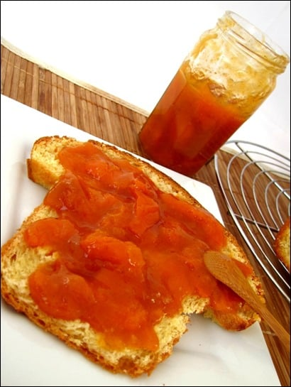 Confiture-abricot-vanille-amandes-grillees