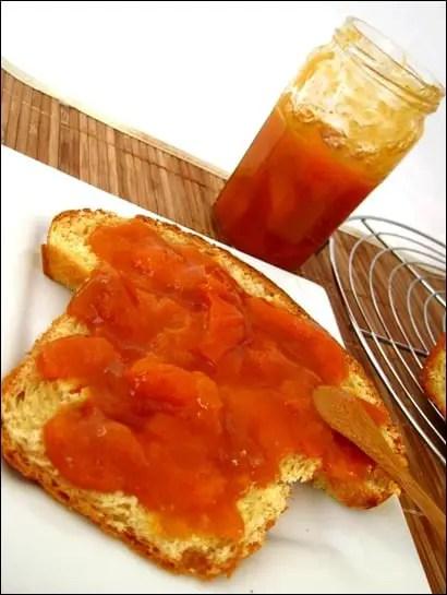 Confiture-abricot-vanille-amandes-grillees