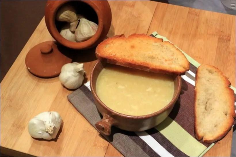 soupe à l'ail et pain