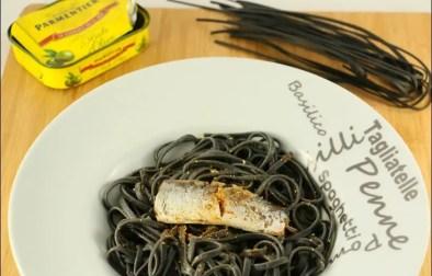 linguine à l'encre de seiche et aux sardines