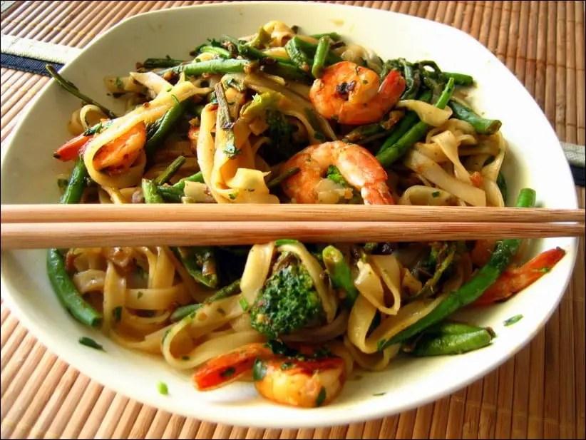 nouilles de riz aux crevettes et asperges à la thaï