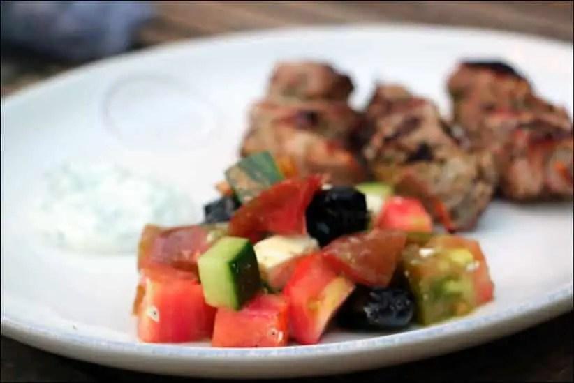 salade grecque simplissime à la tomate et feta au concombre et olives noires