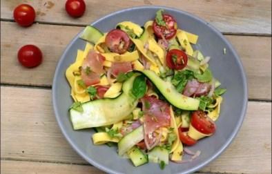salade de pâtes au lomo courgettes et pignons