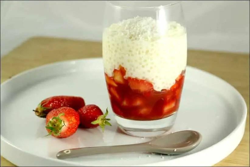 verrines de perles de tapioca à la noix de coco et fraises macérées