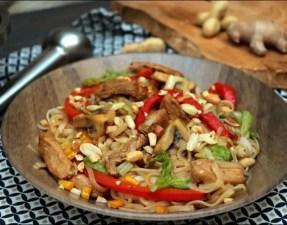 wok de nouilles aux légumes et poulet