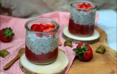 pudding de chia et sa compotée fraises rhubarbe