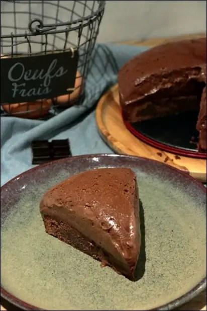 gateau avec une mousse au chocolat