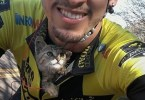 Cyclist Rescued Lonely Kitten On The Roadside, She Didn`t Stop Kissing Him All The Way To Her New Home...