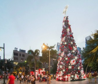 This tree will surely make your little one's eyes sparkle! Head on to  BGC this Christmas. (Photo taken from Bonifacio High Street's FB Page)