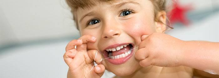 輔助幼童使用牙線清潔