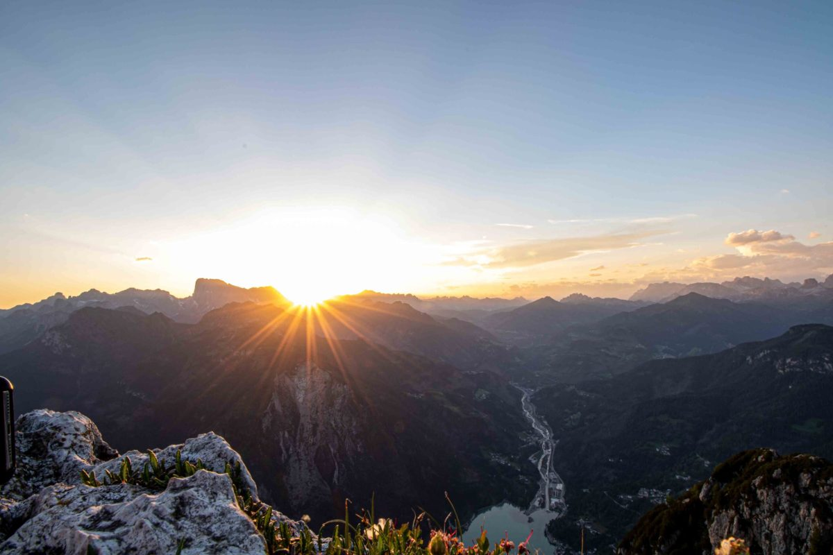 https://i2.wp.com/happytracks.ch/wp-content/uploads/2020/11/Sunset-over-the-Rifugio-Tissi-scaled.jpg?fit=1200%2C800&ssl=1