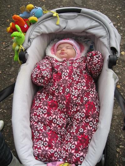 Wie man ein Neugeborenes für einen Spaziergang anzieht