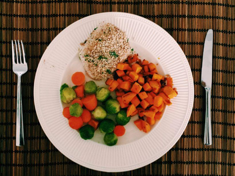 kabeljauw, wortels, spruiten en zoete aardappel