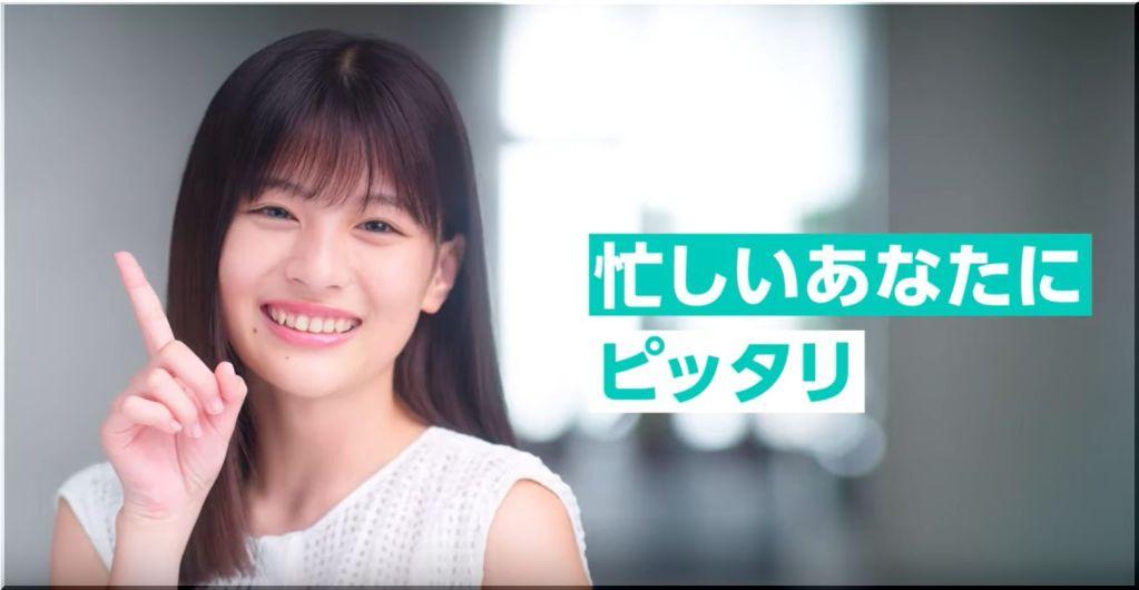 【LINE証券CM】看板から顔を出す笑顔の美少女は誰?