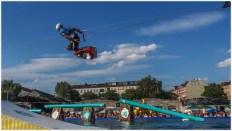 Wakeboarder im Flug nach der Rampe