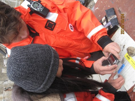 Pierre, senior genetic scientist mentor, and Nailea, beginner geneticist of the SEALS biodiversity team documenting a sample during our first East River Esplanade expedition of the NY Harbor SEALS/CIVITAS collaboratioon.