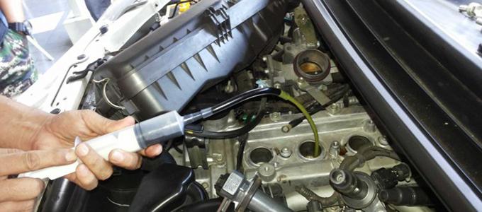 Memasukkan carbon cleaner kedalam mesin