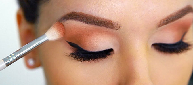 Ilustrasi: aplikasi eye shadow (youtube: AlexandrasGirly Talk)