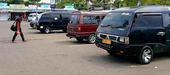 Terminal angkutan mobil L300 di Aceh (sumber: busy.org)