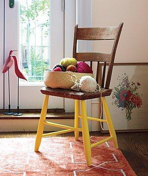 Sambut lebaran dengan langkah kreatif seperti mengecat kaki kursi agar terlihat unik.