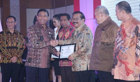 Gubernur Jatim Dr H Soekarwo saat menerima Penghargaan Indeks Demokrasi Indonesia (IDI) dari Menkopolhukam RI Jendral TNI (Purn) Wiranto di Hotel Grand Sahid Jaya Jakarta, Rabu (30/11).