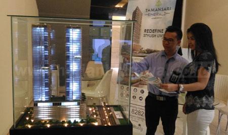 Agus Cahyono Manager Matketing PT Wika Realty saat memberi penjelasan kepada calon pembeli.