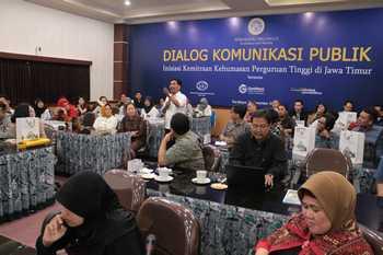 Ketua PIH Unair memandu dialog komunikasi publik yang melibatkan public relation dari perguruan tinggi se Surabaya. [adir hananta utama/bhirawa]