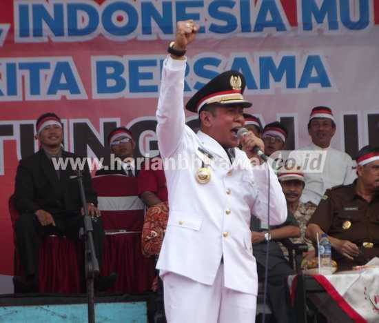 Bupati Nganjuk Drs Taufiqurrahman saat menyemangati masyarakat untuk menjaga keutuhan NKRI.(ristika/bhirawa])