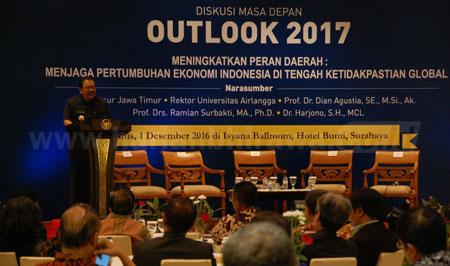 Gubernur Jatim Dr H Soekarwo memberikan paparan dalam Diskusi Masa Depan Outlook 2017 yang digelar Fakultas Ekonomi Bisnis Universitas Airlangga, Kamis (1/12). [adit hananta utama]