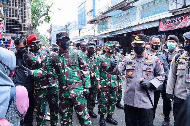 Panglima TNI dan Kapolri Bagikan Masker di Pasar Tanah Abang