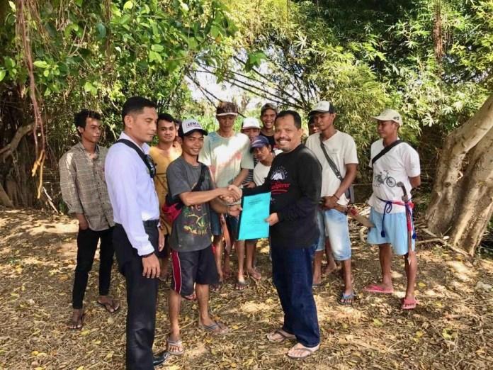 Johan bersama para petani di Desa Lamenta, Kabupaten Sumbawa