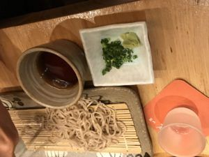 日本酒と蕎麦の写真