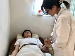 脈診を行い鍼治療を施す