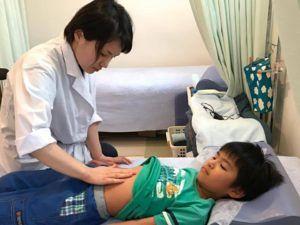 小児腹診の実技