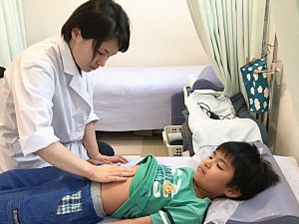 鍼道五経会での小児はり実技の写真