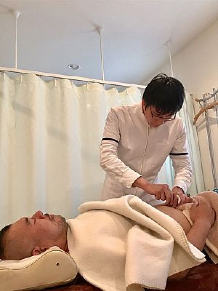 鍼道五経会で鍼灸実技をする南川峻英の写真